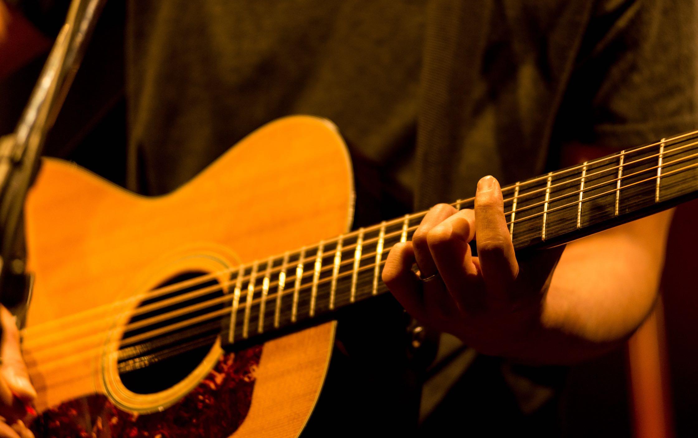 ギターピックの持ち方で音色が劇的に変わります【基本をマスターしよう】