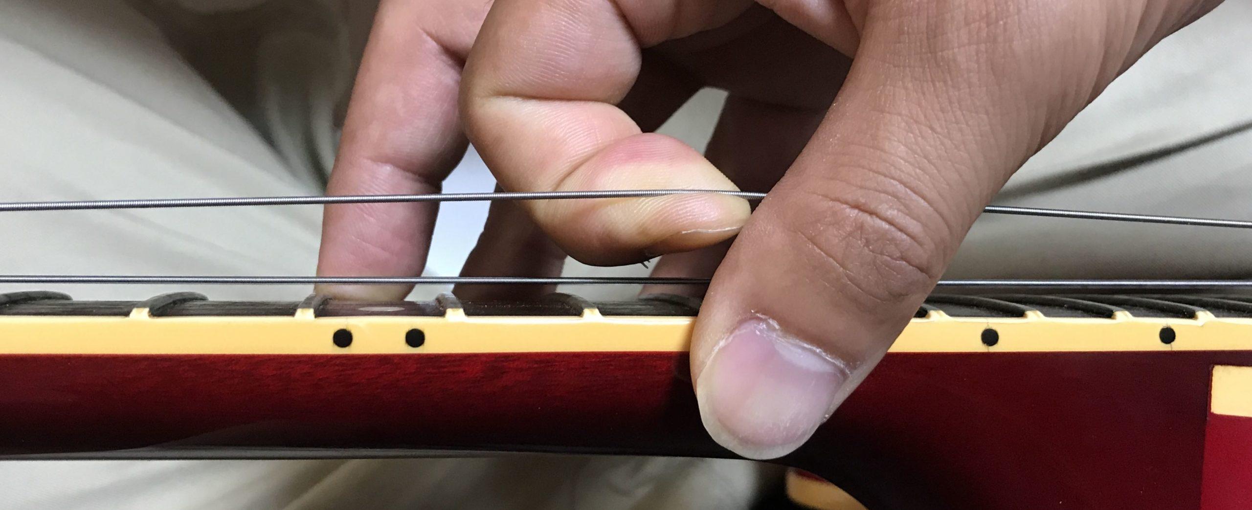 ギターチューニングの手順①: 弦を少し緩める