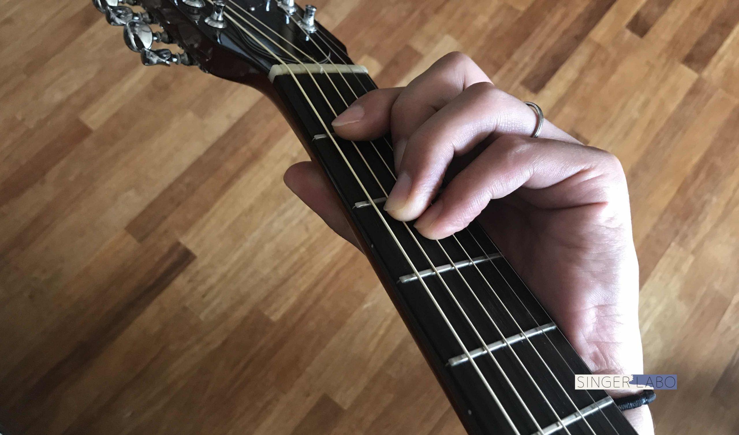 Fコードを押さえるコツ①: ギターを立てて構える
