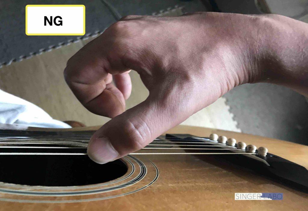 指弾き手順③: 弦に手を添える
