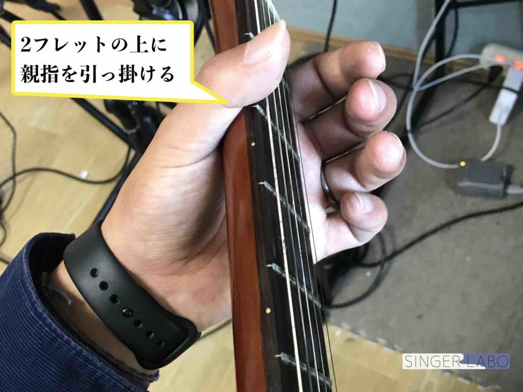 Gコードの押さえ方手順②: 親指をネックに引っ掛ける