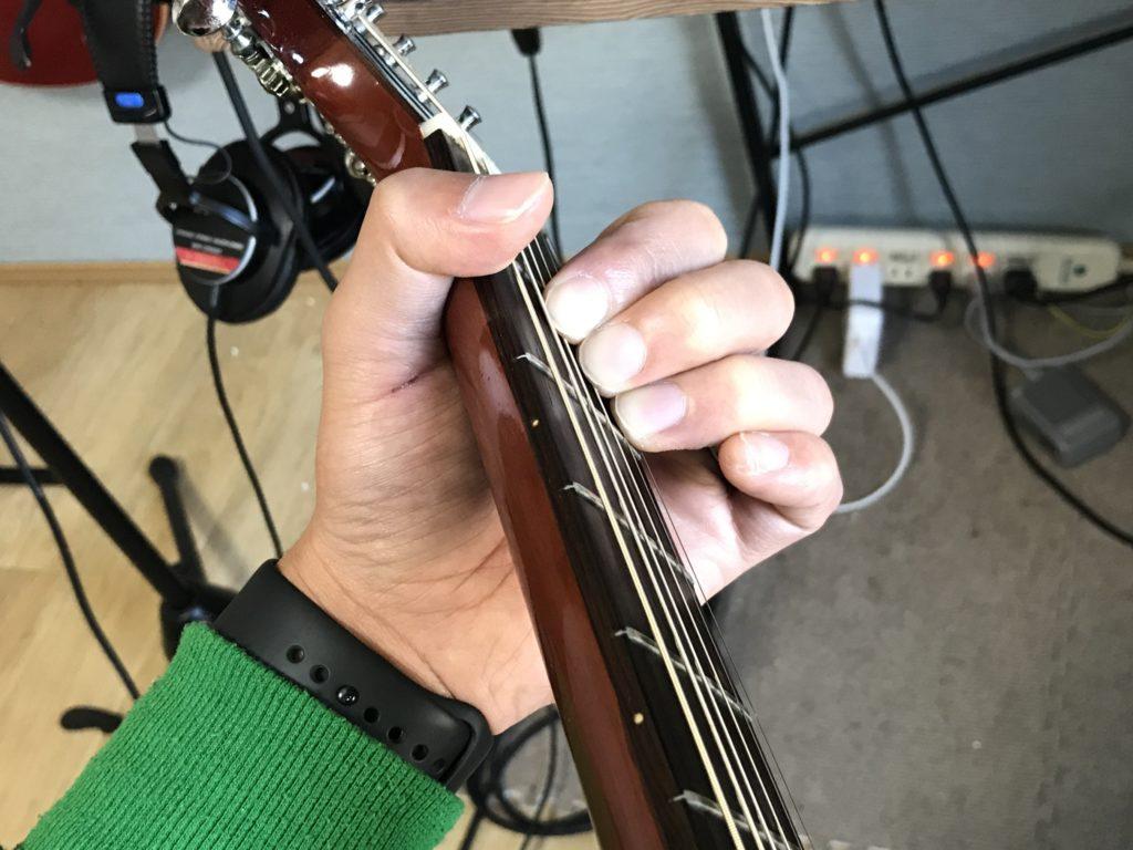Aコードを押さえる手順①: ギターを立てて構える