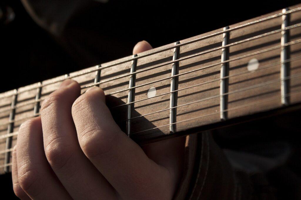 ギターの弾き語りで女性の歌を男性が歌う場合のキーの下げ方